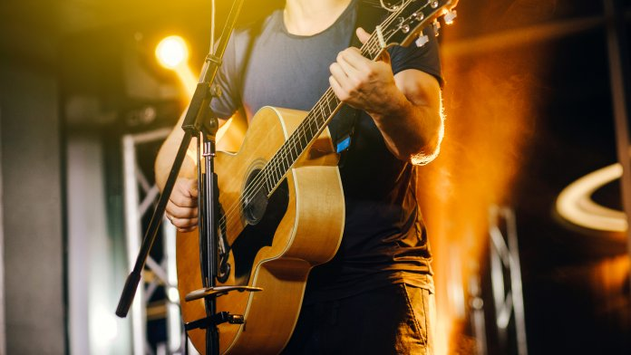 How to buy acoustic guitar