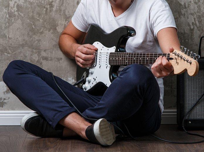 Stratocaster black Fender Squier under $200