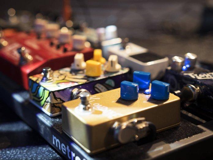 Guitar pedalboard tremolo