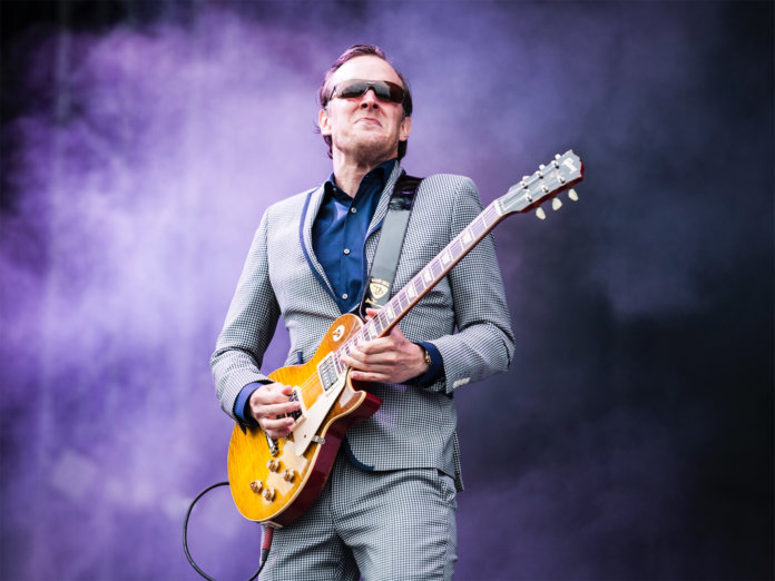 joe bonamassa playing loud stage les paul