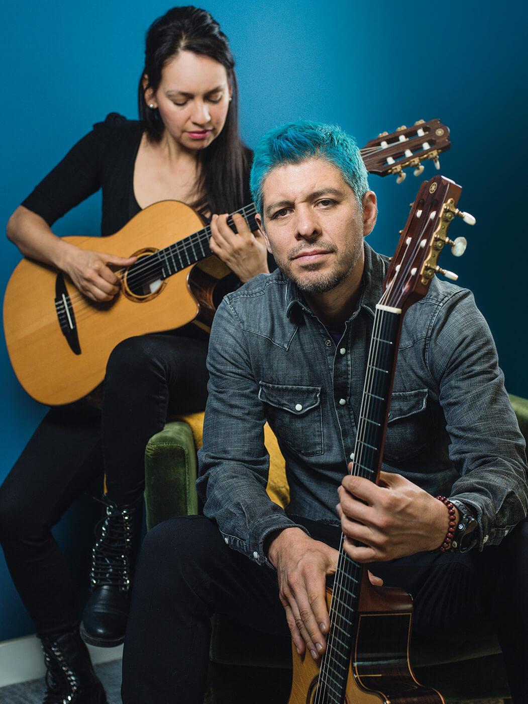 Rodrigo y Gabriela both with guitars