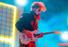 Jim Root live with white fender jazzmaster