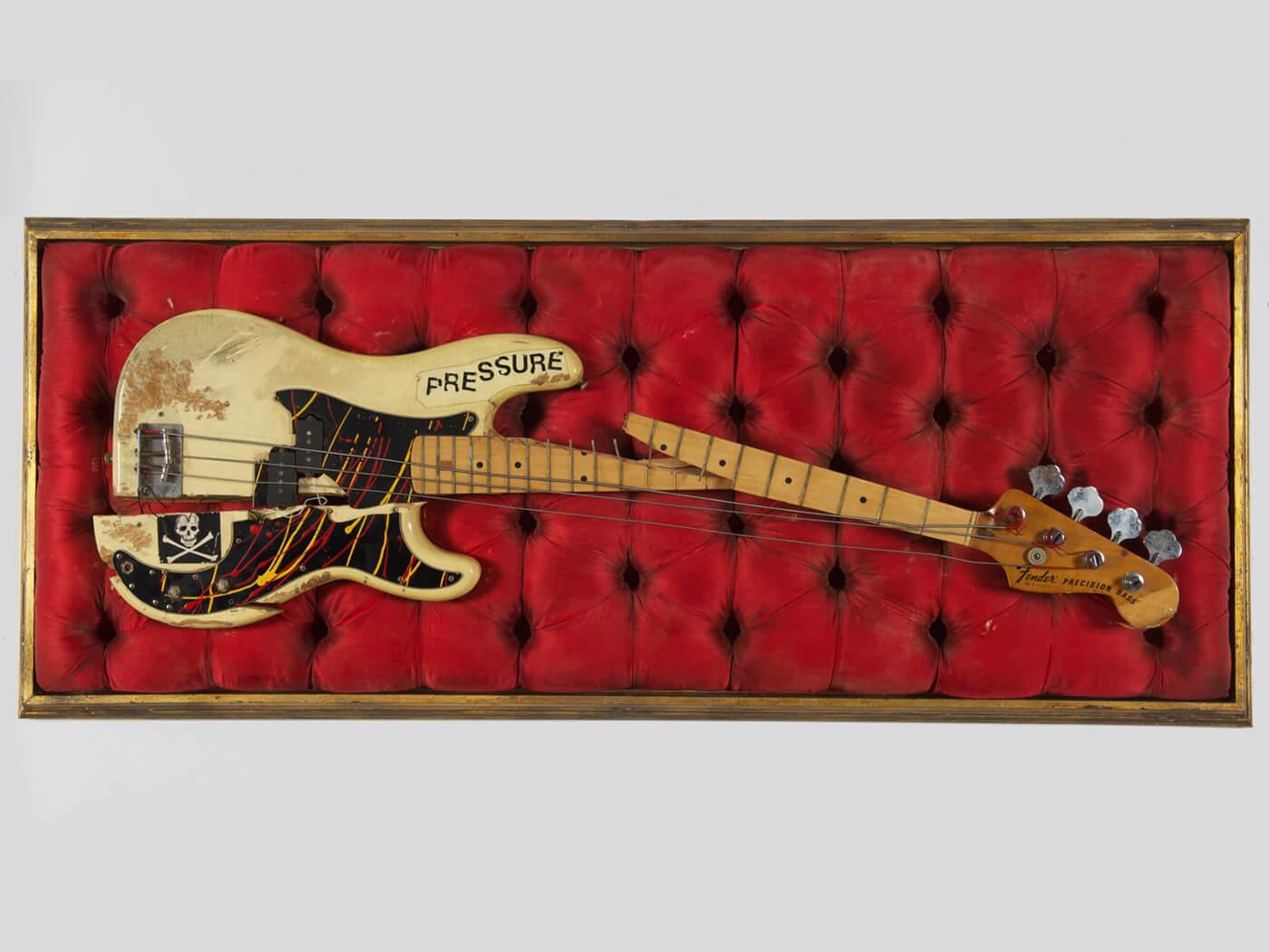 14 de dezembro de 1979 - 'London Calling'. Paul-simonon-smashed-p-bass@1400x1050