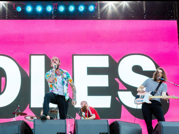 Idles performing live.