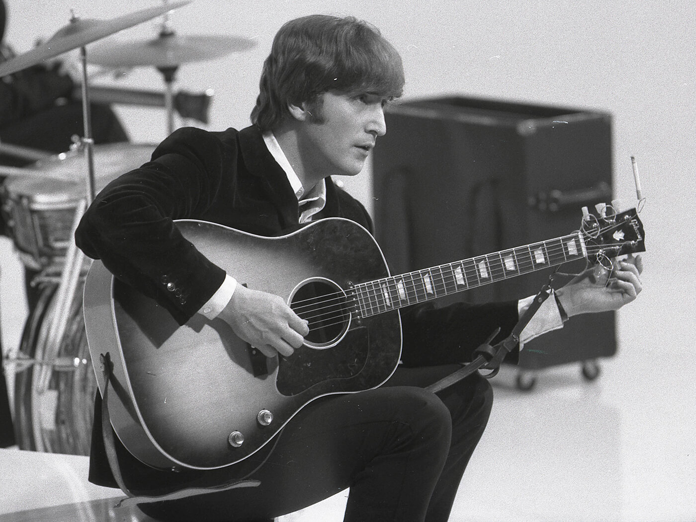 john lennon with his gibson j160e