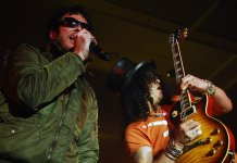 Scott Weiland and Slash performing in Velvet Revolver