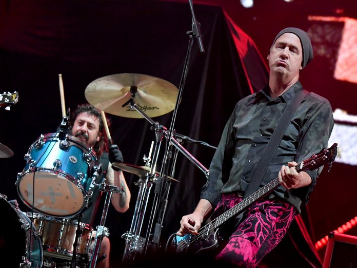 Dave Grohl and Krist Novoselic onstge