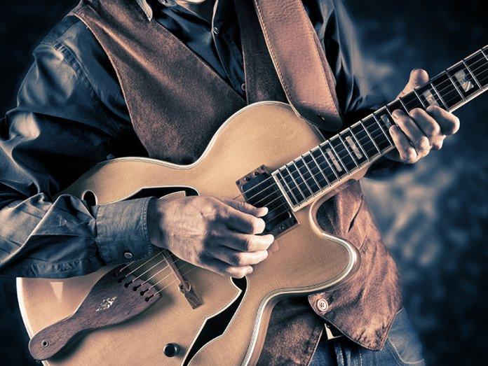 Guitarist live semi-hollow guitar